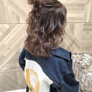 ハーフアップ ベージュ ナチュラル オリーブベージュ ヘアスタイルや髪型の写真・画像