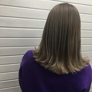 ストリート ホワイトアッシュ アッシュベージュ セミロング ヘアスタイルや髪型の写真・画像