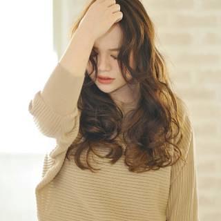 パーマ 大人かわいい ロング かき上げ前髪 ヘアスタイルや髪型の写真・画像 ヘアスタイルや髪型の写真・画像