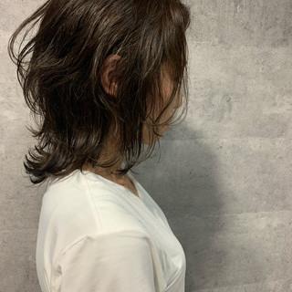 くびれカール ミディアム ウルフカット ニュアンスウルフ ヘアスタイルや髪型の写真・画像