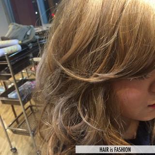 ミディアム ダブルカラー ベージュ ヌーディベージュ ヘアスタイルや髪型の写真・画像