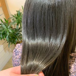 アッシュグレージュ グレー 髪質改善トリートメント セミロング ヘアスタイルや髪型の写真・画像