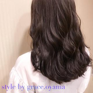外国人風カラー アッシュグレージュ オフィス アッシュ ヘアスタイルや髪型の写真・画像