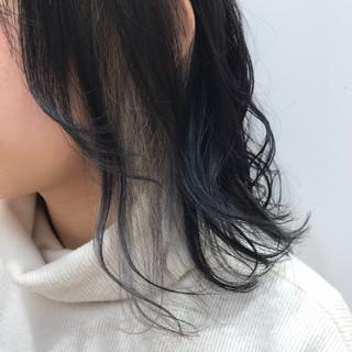 外ハネ ミディアム モード ホワイトカラー ヘアスタイルや髪型の写真・画像