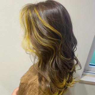 フェミニン セミロング デザインカラー イエロー ヘアスタイルや髪型の写真・画像