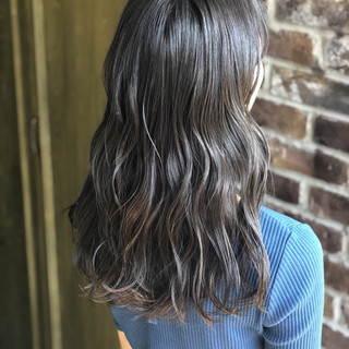 セミロング ラベンダーグレージュ ブリーチカラー コテ巻き ヘアスタイルや髪型の写真・画像