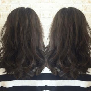 暗髪 セミロング アッシュ 外国人風 ヘアスタイルや髪型の写真・画像