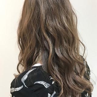 アッシュベージュ フェミニン セミロング ベージュ ヘアスタイルや髪型の写真・画像