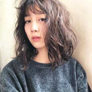 デート ミディアム アンニュイほつれヘア ナチュラル ヘアスタイルや髪型の写真・画像