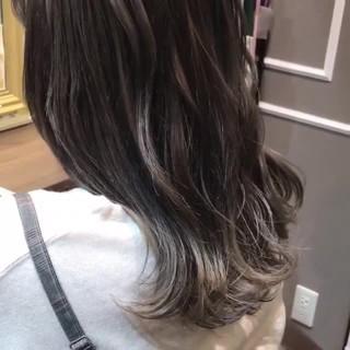 グレージュ セミロング 外国人風 ハイライト ヘアスタイルや髪型の写真・画像