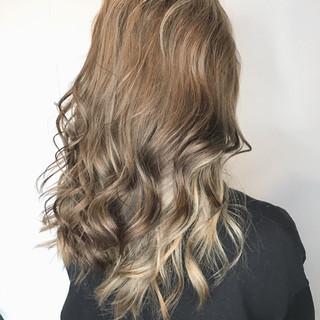 ストリート ロング インナーカラーホワイト インナーカラーグレージュ ヘアスタイルや髪型の写真・画像