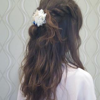 編み込み セミロング 波ウェーブ ツイスト ヘアスタイルや髪型の写真・画像