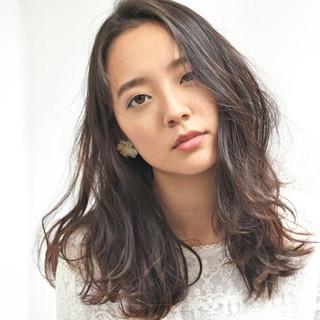 ミディアム 暗髪 ゆるふわ フェミニン ヘアスタイルや髪型の写真・画像