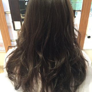 ミルクティー ウェーブ グレージュ ロング ヘアスタイルや髪型の写真・画像
