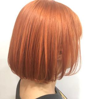 オレンジベージュ 切りっぱなしボブ オレンジ 派手髪 ヘアスタイルや髪型の写真・画像