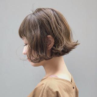 ベージュ ショートボブ 切りっぱなしボブ 波ウェーブ ヘアスタイルや髪型の写真・画像