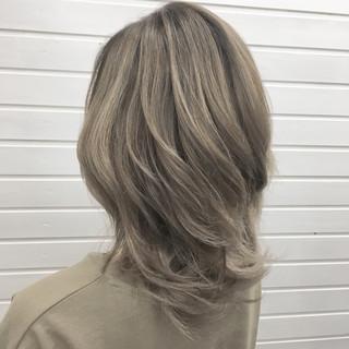 ミルクティーベージュ バレイヤージュ グラデーションカラー ベージュ ヘアスタイルや髪型の写真・画像