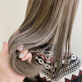透け感ヘア アッシュベージュ セミロング ハイトーン ヘアスタイルや髪型の写真・画像
