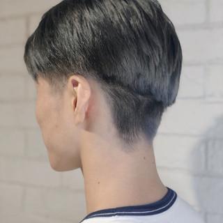 透明感カラー シルバーアッシュ シルバーグレー メンズ ヘアスタイルや髪型の写真・画像