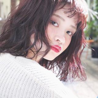 ウェーブ レッド ピンク アンニュイ ヘアスタイルや髪型の写真・画像