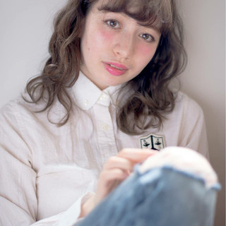 アッシュグレージュ ナチュラル ウェーブ ミディアム ヘアスタイルや髪型の写真・画像