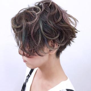 カラフルカラー 小顔 ストレート こなれ感 ヘアスタイルや髪型の写真・画像
