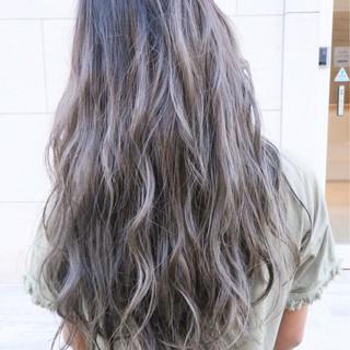 波ウェーブ シルバーアッシュ バレイヤージュ ナチュラル ヘアスタイルや髪型の写真・画像