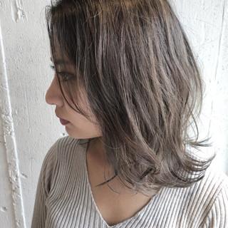 ミディアム シルバーアッシュ ハイライト ナチュラル ヘアスタイルや髪型の写真・画像