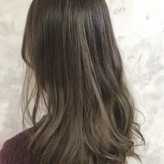 ダブルカラー アッシュベージュ セミロング バレイヤージュ ヘアスタイルや髪型の写真・画像