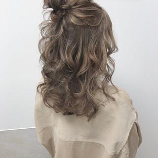 ミルクティーグレージュ ナチュラル ミルクティーベージュ お団子ヘア ヘアスタイルや髪型の写真・画像