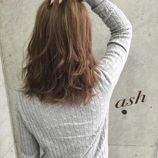 セミロング アッシュベージュ ナチュラル フェミニン ヘアスタイルや髪型の写真・画像