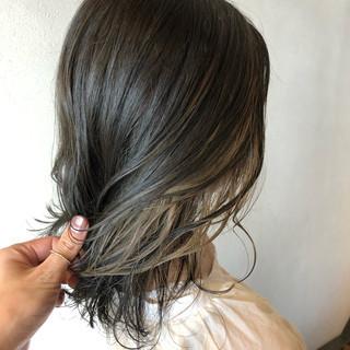 ミルクティーアッシュ インナーカラーホワイト ミディアム ストリート ヘアスタイルや髪型の写真・画像