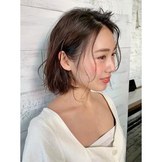 ミディアム パーマ 小顔 ナチュラル ヘアスタイルや髪型の写真・画像