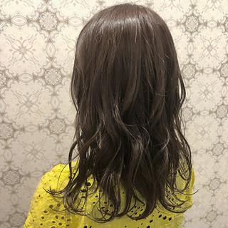 セミロング アッシュ パーマ デート ヘアスタイルや髪型の写真・画像