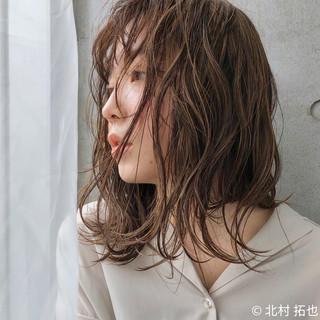 ミディアム 極細ハイライト シアーベージュ ナチュラル ヘアスタイルや髪型の写真・画像