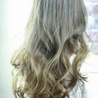 フェミニン ロング ハイライト 外国人風 ヘアスタイルや髪型の写真・画像 ヘアスタイルや髪型の写真・画像