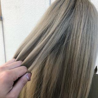 ロング ミルクティーベージュ ナチュラル ベージュ ヘアスタイルや髪型の写真・画像