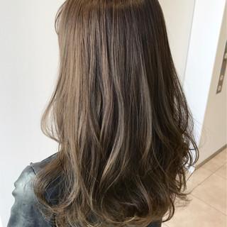 グレージュ ハイライト ロング エレガント ヘアスタイルや髪型の写真・画像