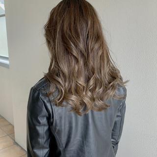 ロング アッシュ アッシュベージュ フェミニン ヘアスタイルや髪型の写真・画像 ヘアスタイルや髪型の写真・画像