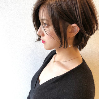 耳掛けショート グレージュ エレガント ショートボブ ヘアスタイルや髪型の写真・画像