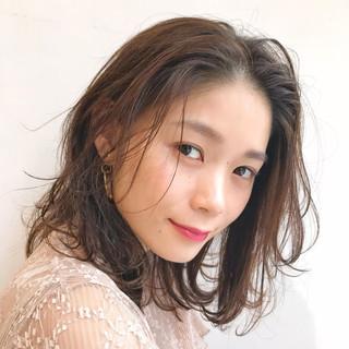ミディアム レイヤーカット フェミニン 束感 ヘアスタイルや髪型の写真・画像