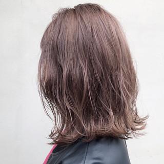 ミディアム 透明感 アッシュベージュ デート ヘアスタイルや髪型の写真・画像