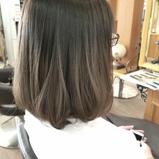 グレージュ ブリーチ アッシュ グラデーションカラー ヘアスタイルや髪型の写真・画像