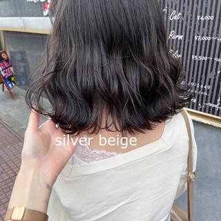スモーキーアッシュベージュ ミディアム 切りっぱなしボブ アッシュベージュ ヘアスタイルや髪型の写真・画像