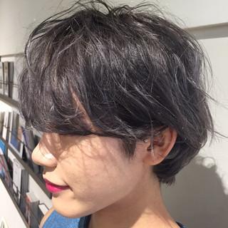 ブリーチ アッシュ ショート くせ毛風 ヘアスタイルや髪型の写真・画像