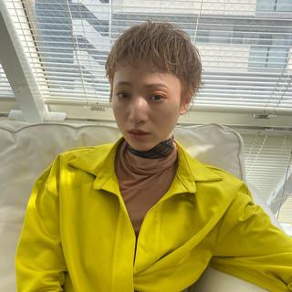 ベージュ ショート ナチュラル ハイトーンカラー ヘアスタイルや髪型の写真・画像