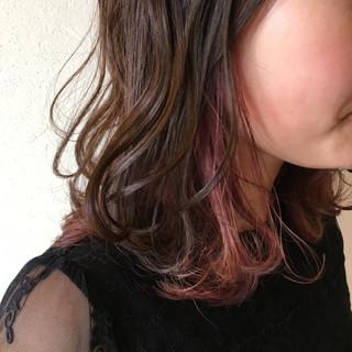フェミニン ミディアム ベリーピンク インナーカラー赤 ヘアスタイルや髪型の写真・画像