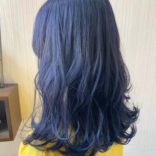 ネイビーブルー インナーカラー アンニュイほつれヘア ミディアム ヘアスタイルや髪型の写真・画像