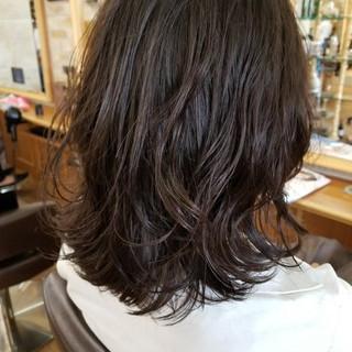 無造作 デジタルパーマ オフィス ミディアム ヘアスタイルや髪型の写真・画像