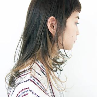 セミロング アッシュ ハイライト アウトドア ヘアスタイルや髪型の写真・画像